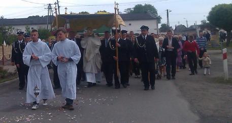 Liturgiczna Służba Ołtarza, Kapłan, Strażacy oraz wierni podczas przemarszu do Trzeciego Ołtarza.