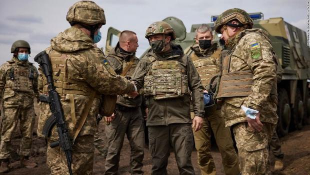 """Зеленський на Донбасі заявив, що Україна готова до війни: """"Вторгнення Росії можливе щодня"""""""