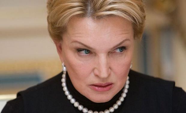 Суд зобов'язав прокурорів повернути Богатирьовій золотий злиток: Унітазу і батону Януковича приготуватись