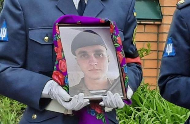 Війна забирає молодих… Йому було лише 25: У Миргороді попрощалися з десантником, загиблим від кулі снайпера на Донбасі