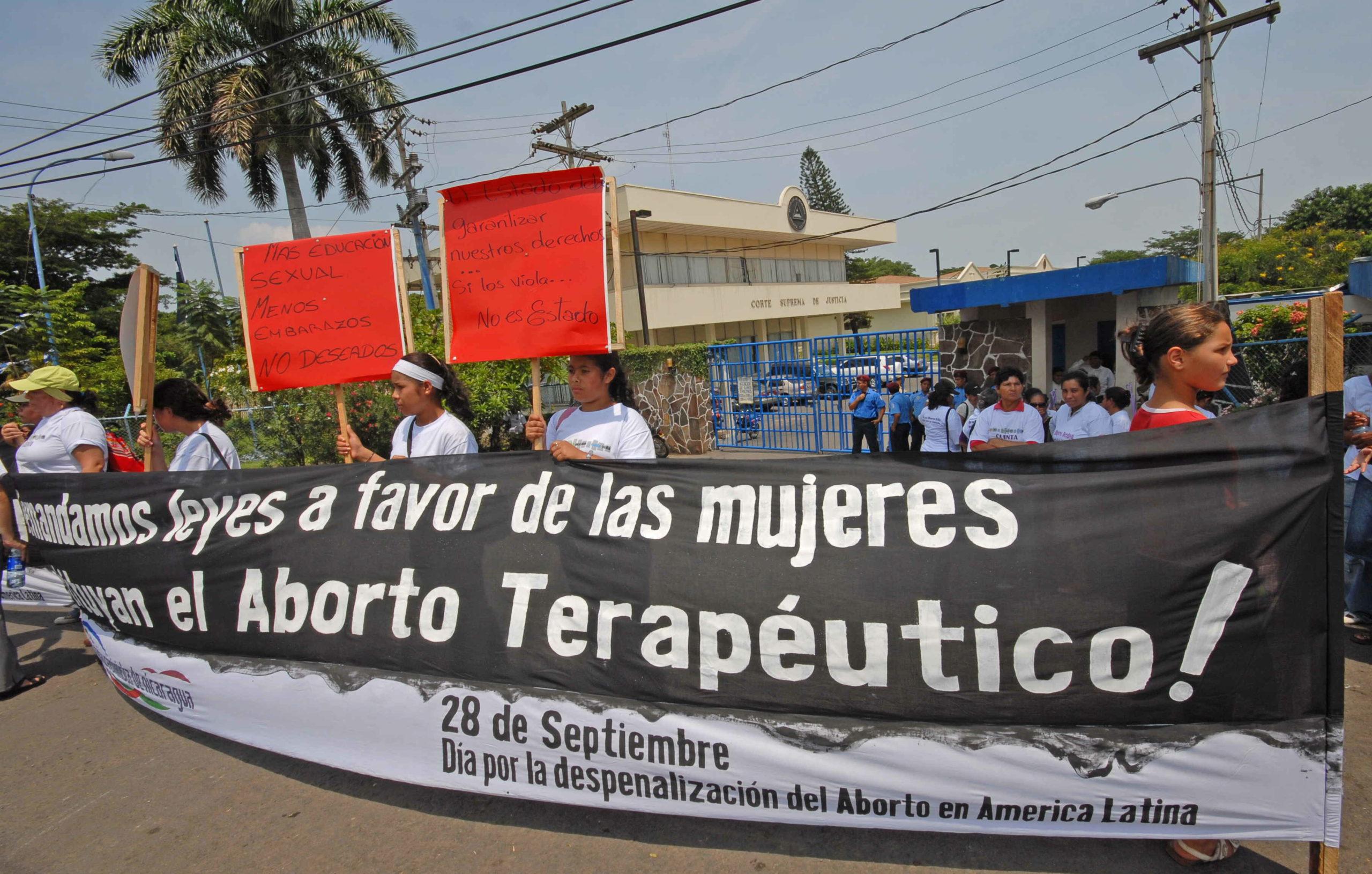 MUJERES NICARAGÜENSES MARCHAN PARA EXIGIR RESTITUCIÓN DEL ABORTO TERAPÉUTICO