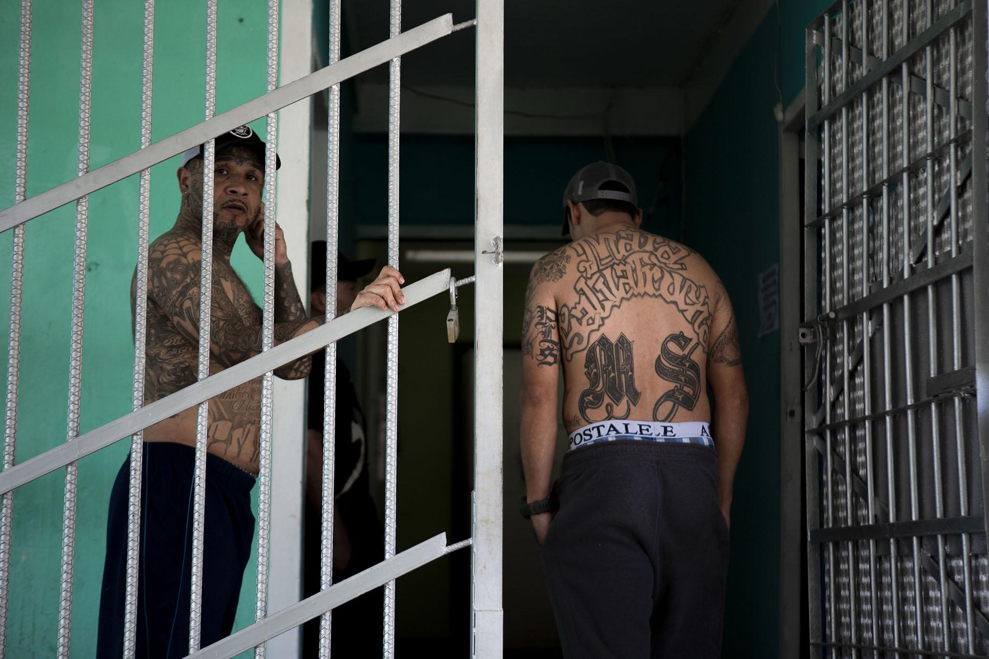 Privados de libertad pasean por los módulos que hay dentro de Pavoncito.