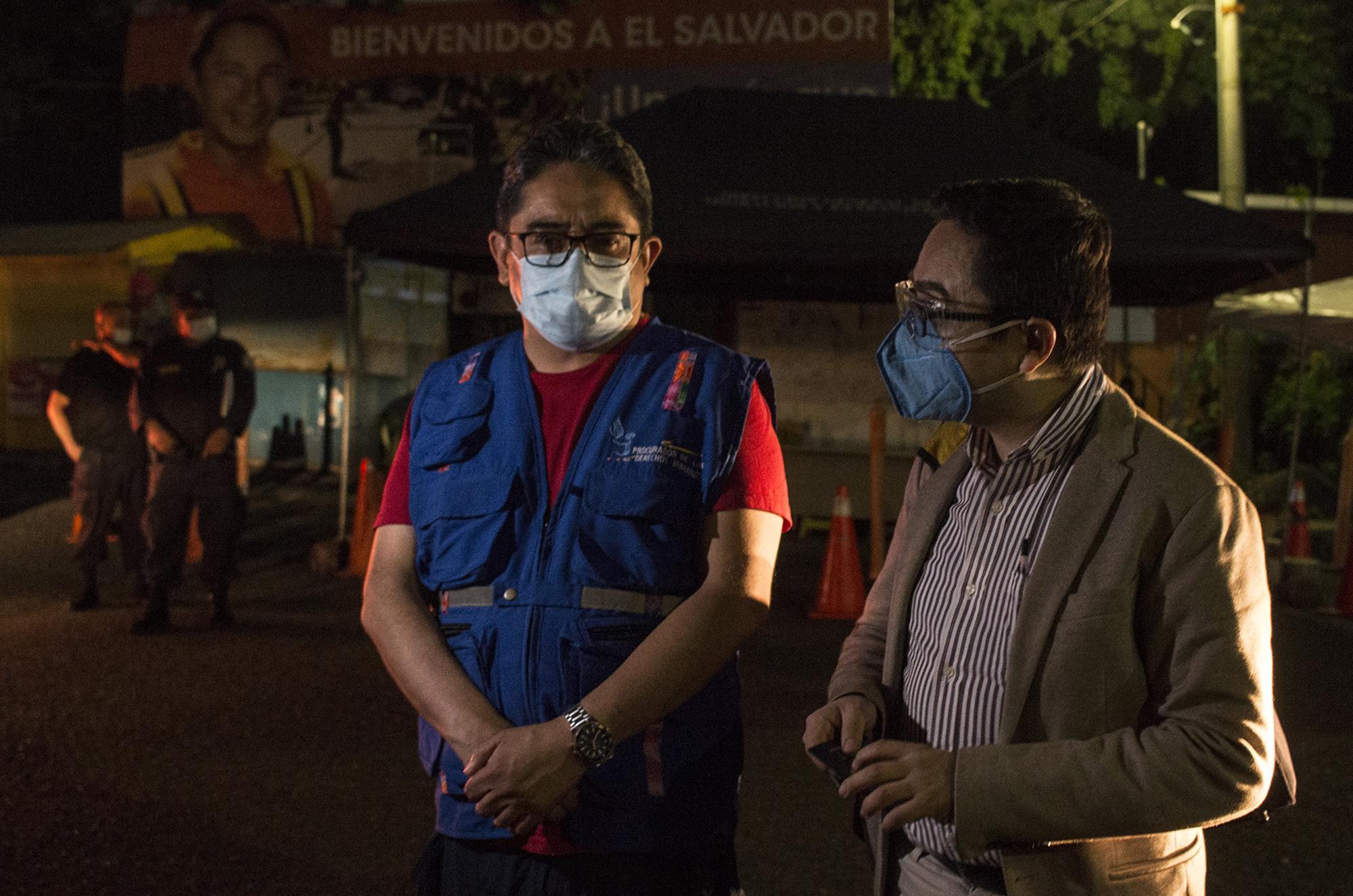 Juan Francisco Sandoval abandonó Guatemala e ingresó a El Salvador la media noche del viernes 23 de julio de 2021, unas horas después de haber sido separado de la Fiscalía Especial Contra la Impunidad (FECI). Sandoval ingresó por la aduana Las Chinamas, en Ahuachapán, y fue acompañado por el embajador de Suecia en Guatemala, Hans Magnusson y el procurador de derechos humanos, Jordán Rodas. Foto de El Faro: Víctor Peña.