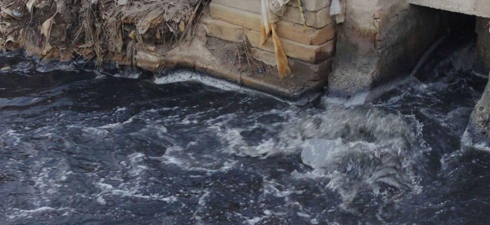 真っ黒い異臭を放つ辛集市の川