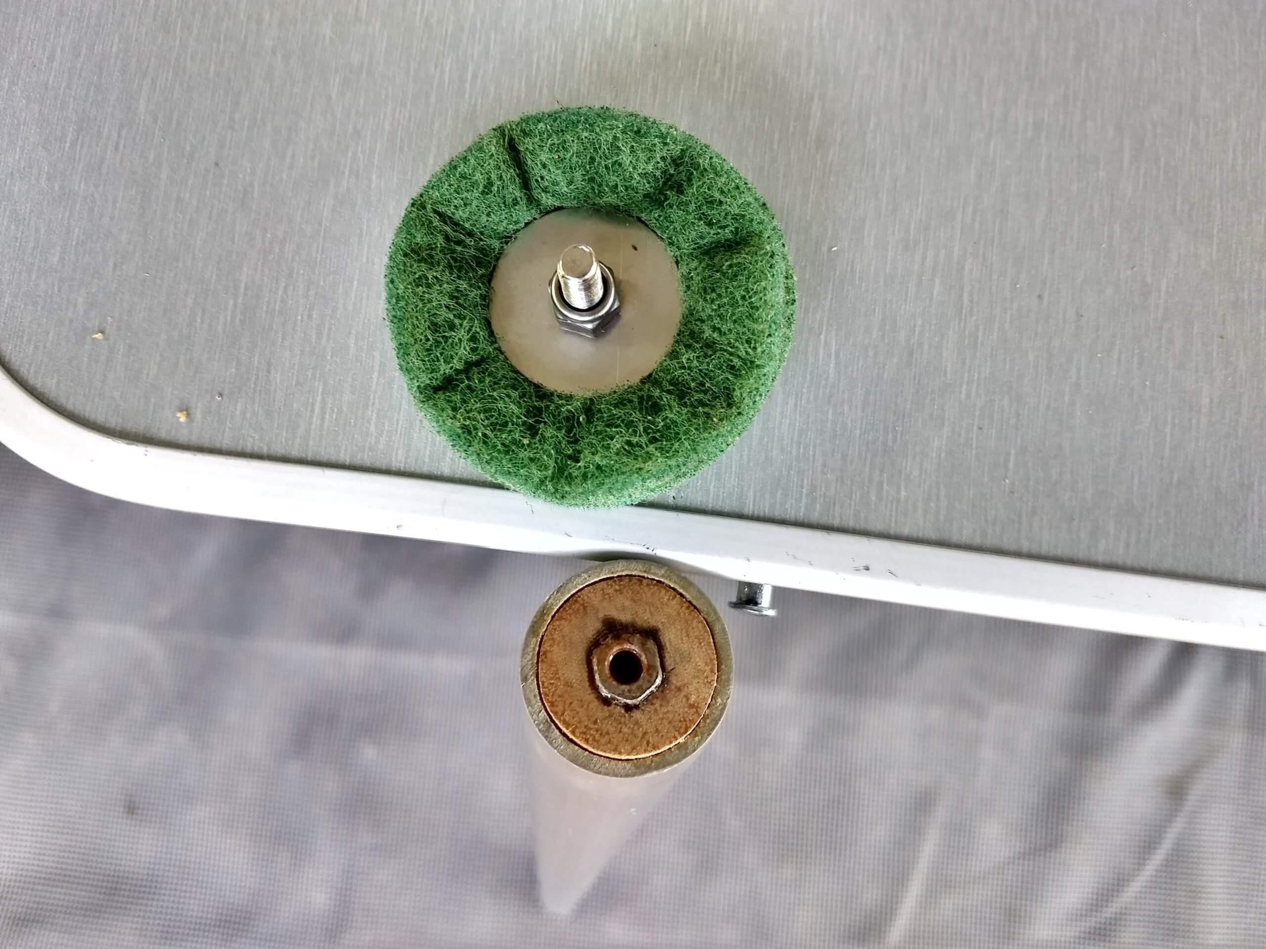 De kop van de GoSun Sport zelfbouw reinigingstool met de moer waar de schroef van het schuursponsje in moet