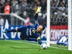 Fernando Prass defende pênalti decisivo contra o Corinthians. Foto: Heitor Feitosa/VEJA.com
