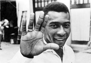 Brasil, Santos, SP. Década de 60. O jogador Pelé, antes de partida do Santos, na Vila Belmiro. Entre as dezenas de títulos de conquistou no futebol, Pelé foi cinco vezes consecutivas campeão da Taça do Brasil (1961, 62, 63, 64 e 65). - Crédito:DOMICIO PINHEIRO/AGÊNCIA ESTADO/AE/Codigo imagem:5509