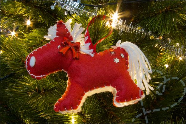 Kerstboom_versiert_3_versiering_vilt_paard