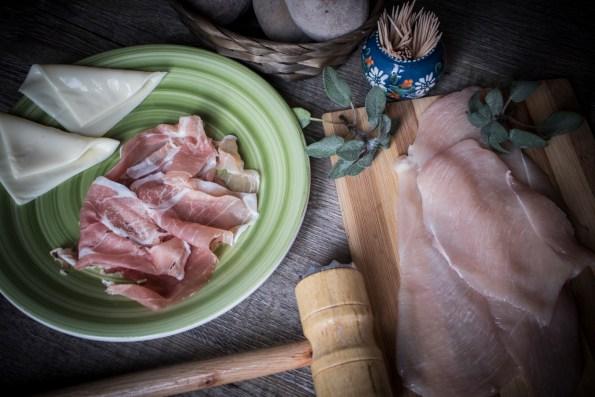 ingredienti per preparare la ricetta degli involtini di pollo alla salvia