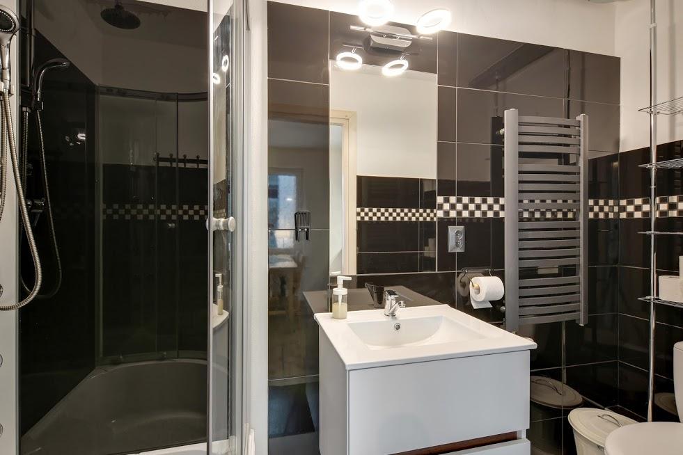 CZARNY KOT - łazienka apartamentu POD GWIAZDAMI.