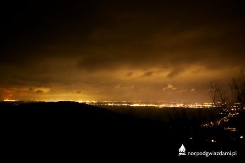 Nocny widok z wieży Radogost w kierunku Karkonoszy