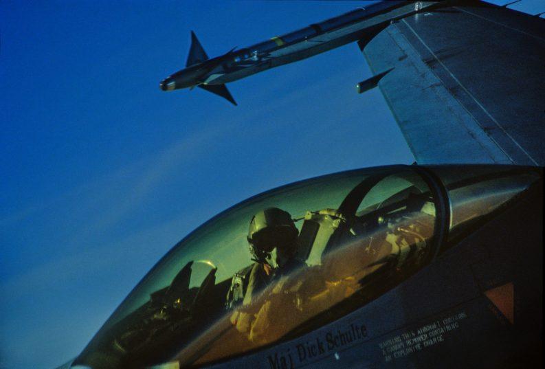 Il Maggiore Dick Schulte nella cabina del suo cacciabombardiere F16 USAF in volo per una missione sull'Iraq _ Major Dick Schulte in his cockpit of USAF F-16 fighter-bomber flying a mission over Iraq
