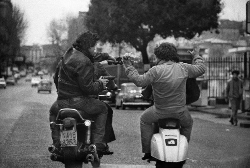 """Due poliziotti in motocicletta delle squadre speciali """"Falchi"""" fermano e catturano due scippatori su Corso Amedeo di Savoia."""