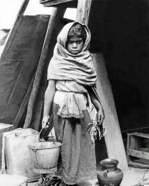 """Tina Modotti, """"Ragazza che trasporta l'acqua"""", Messico, 1927"""