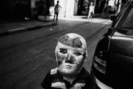 Tugnoli_Un bambino mascherato gioca per le strade di Naba'a