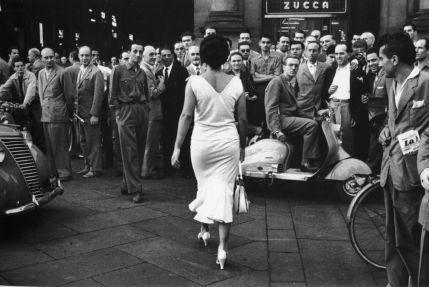 Mario De Biasi Gli italiani si voltano. Moira Orfei. Milano, 1954