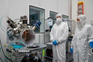 Alla fine di febbraio, i membri del team LSST Camera Integration and Testing presso SLAC inseriscono il sensore nel corpo della LSST Commissioning Camera (ComCam). Laboratorio di accelerazione nazionale SLAC di sublocazione, Menlo Park, CA. Laboratorio nazionale dell'acceleratore di credito Farrin Abbott / SLAC
