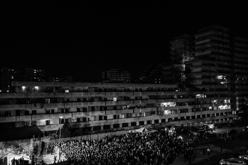 ITALIA, NAPOLI - La vista della Vela Gialla di notte durante un concerto per l'inizio della demolizione della Vela Verde a Scampia, il 20 Febbraio, 2020.