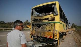 La foto del omnibus escolar israelí atacado por el Hamás en abril. El Hamás es parte del 'Gobierno palestino'