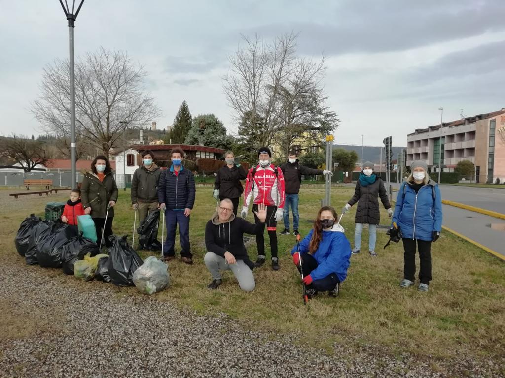 Biciclette, sedie rotte e tanta immondizia: il «bottino» dei cittadini attivi