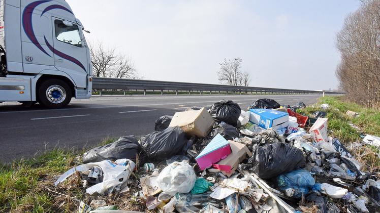 Tentato omicidio stradale per chi abbandona rifiuti È la proposta di Lorenzetti