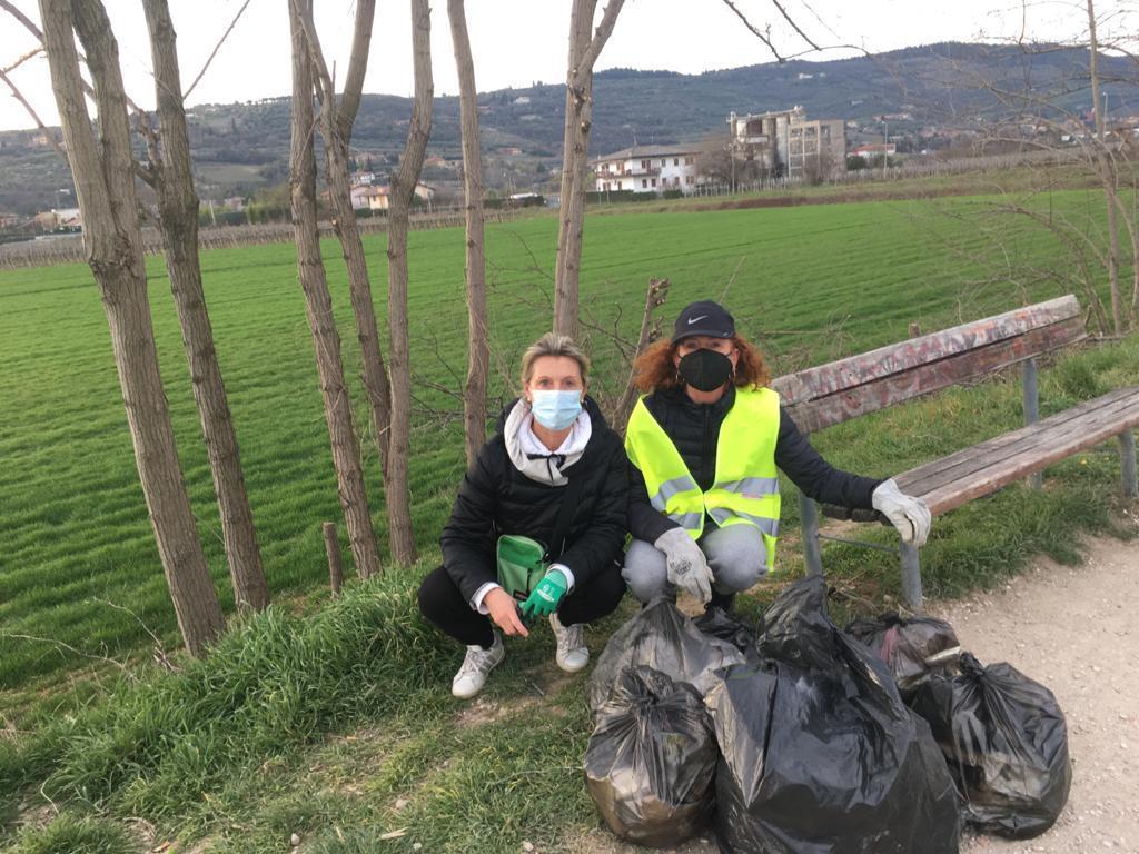 Altro week end di pulizie per i volontari. «Una signora voleva darci la mancia»