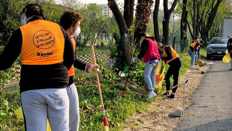 Studenti dell'Aleardi puliscono il quartiere per la Giornata della Terra