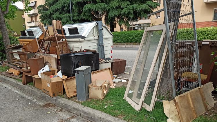 Abbandona mezzo appartamento vicino al cassonetto: multa di 600 euro