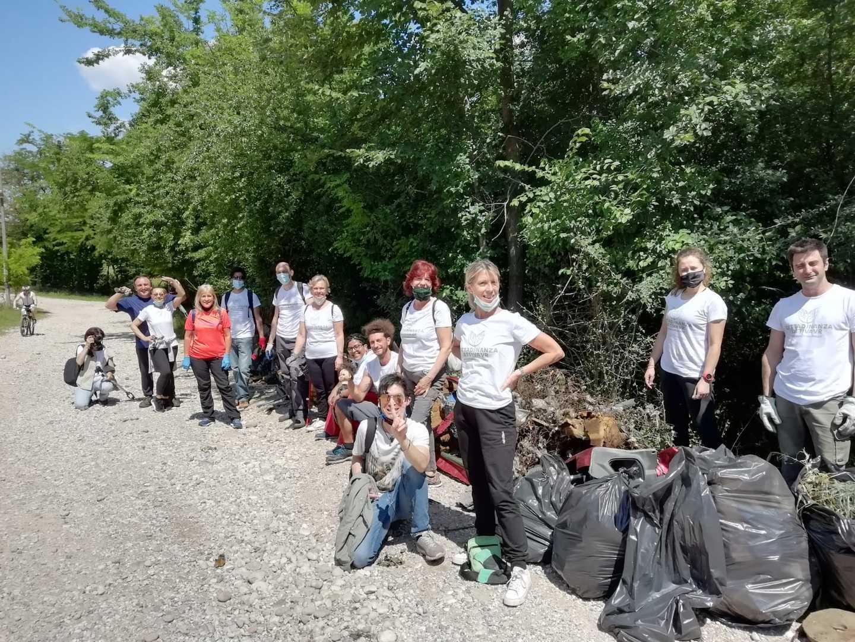 Una discarica in riva all'Adige: i volontari riempiono decine di sacchi di spazzatura