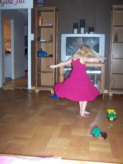 Tindra i ny klänning