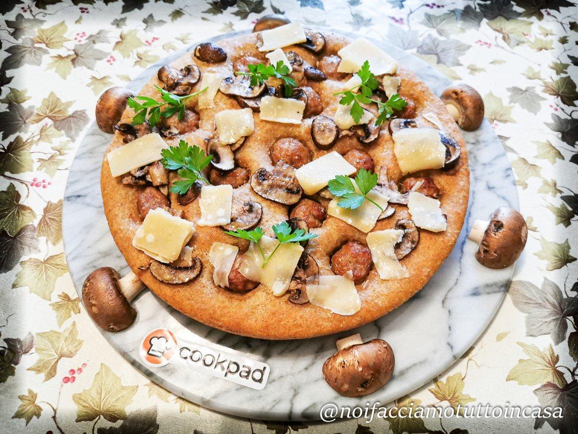 Focaccia Rustica con Farina Integrale Salsiccia Funghi e Grana