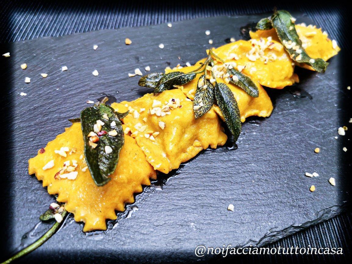 Ravioli di semola alla paprika, ripieni di cosciotto di maiale al pimenton