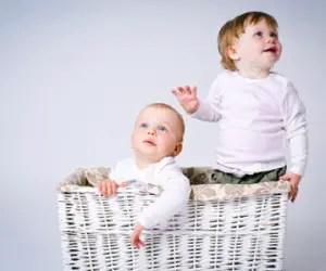bambini-gemelli-casa-cesta
