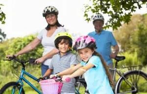 nonni-nipoti-bicicletta-©-Stockbrokerxtra-_-Dreamstime.com---Grandparents-And-Grandchildren-On-Cycle-Ride-In-Countryside-Photo