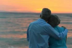 coppia-senior-tramonto-mare_ruslan-huzau-_-dreamstime