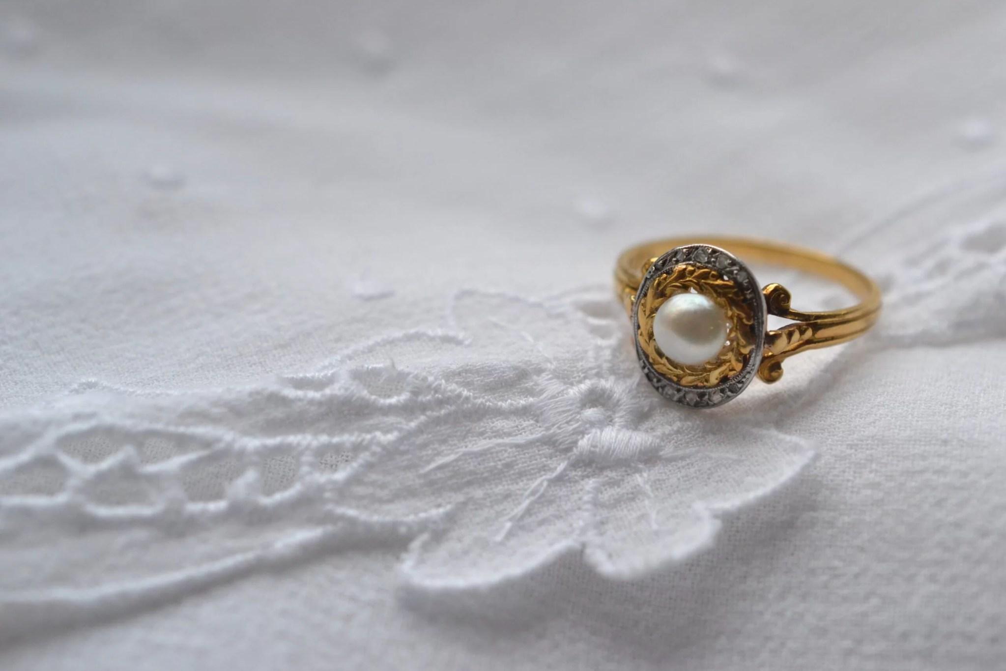 Bague Occasion En Or Jaune 18 Carats (750/1000), Sertie D'une Perle De Culture, Décor Ciselé à Motif De Feuilles