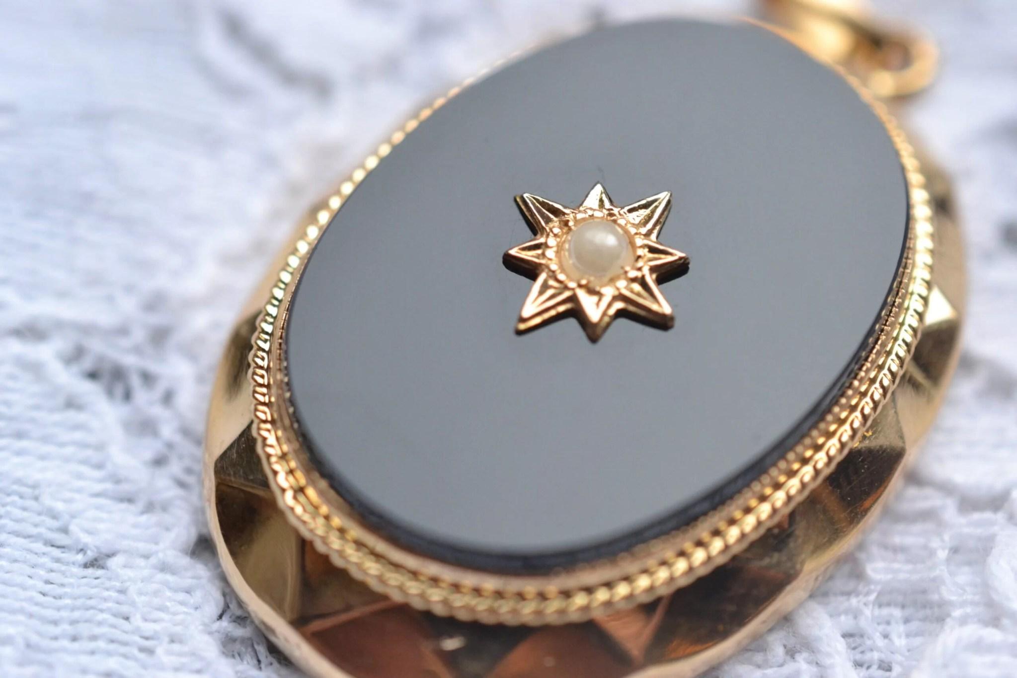 Pendentif Seconde Main en Or jaune 18 carats (750/1000), serti d'une plaque d'onyx et orné d'une perle en son centre