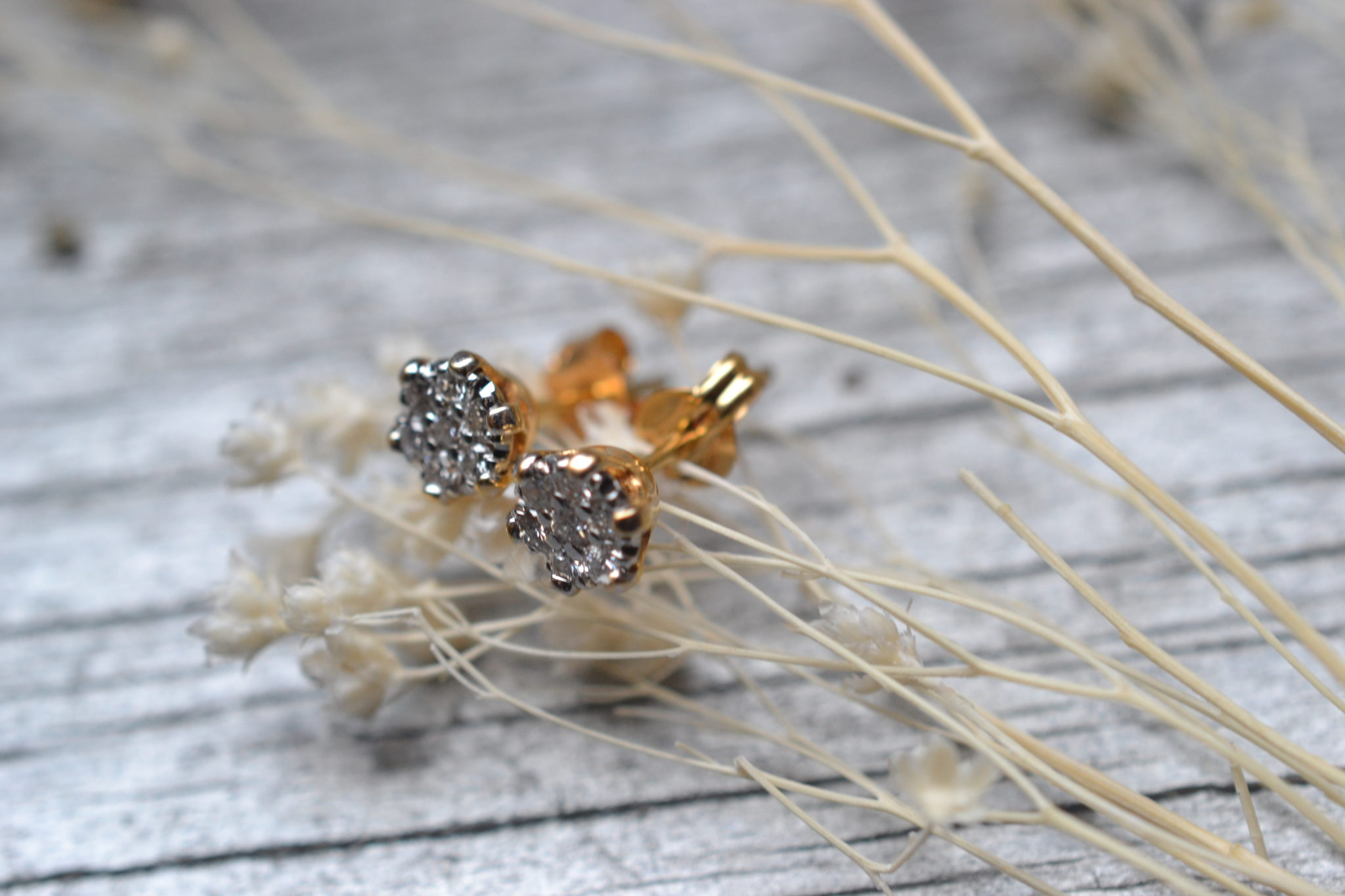 Une paire de puces d'oreilles en or et diamants en or 18 carats 750/1000ème - bijoux seconde main