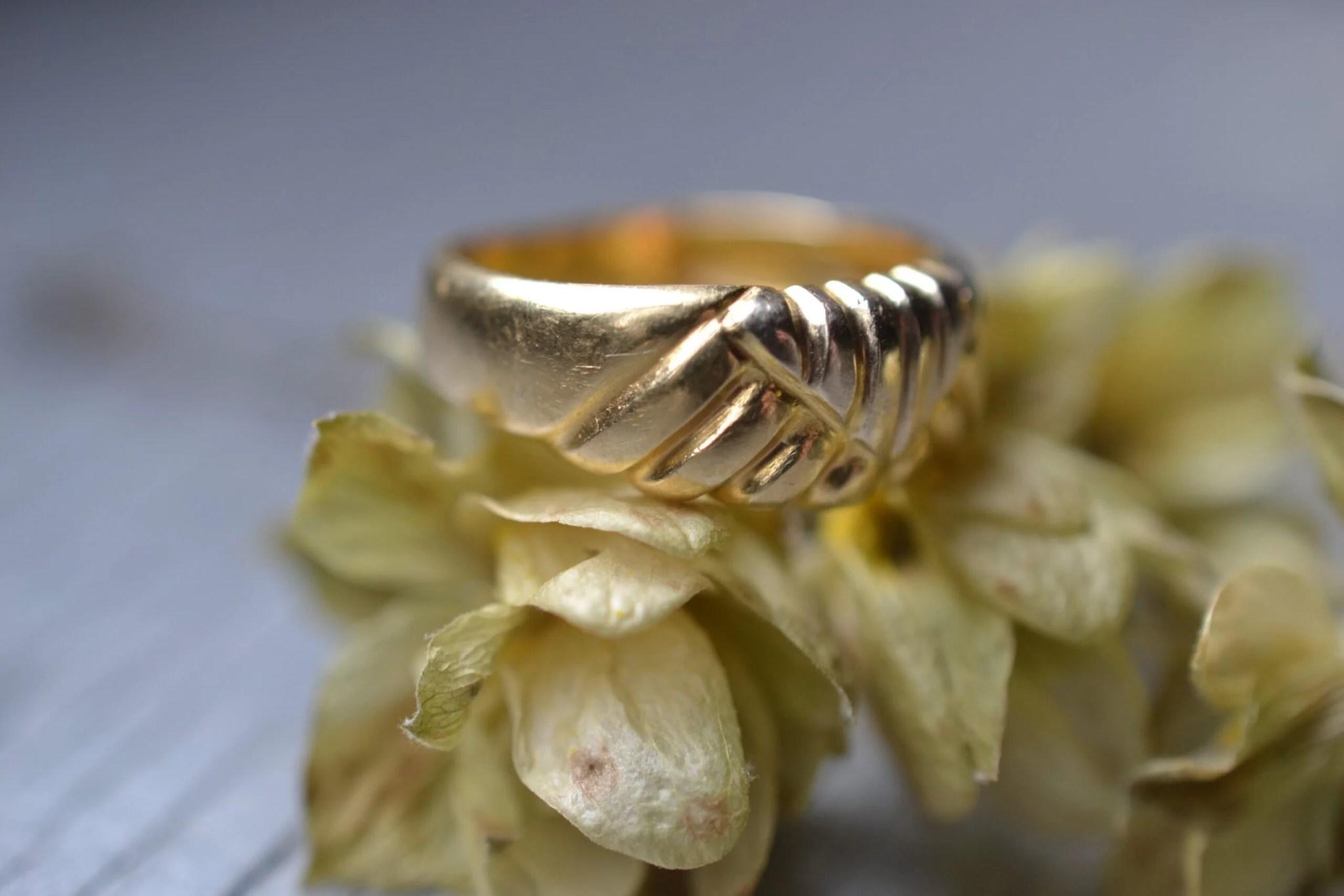 bague ancienne or massif 18 carats bijou vintage motif estampé
