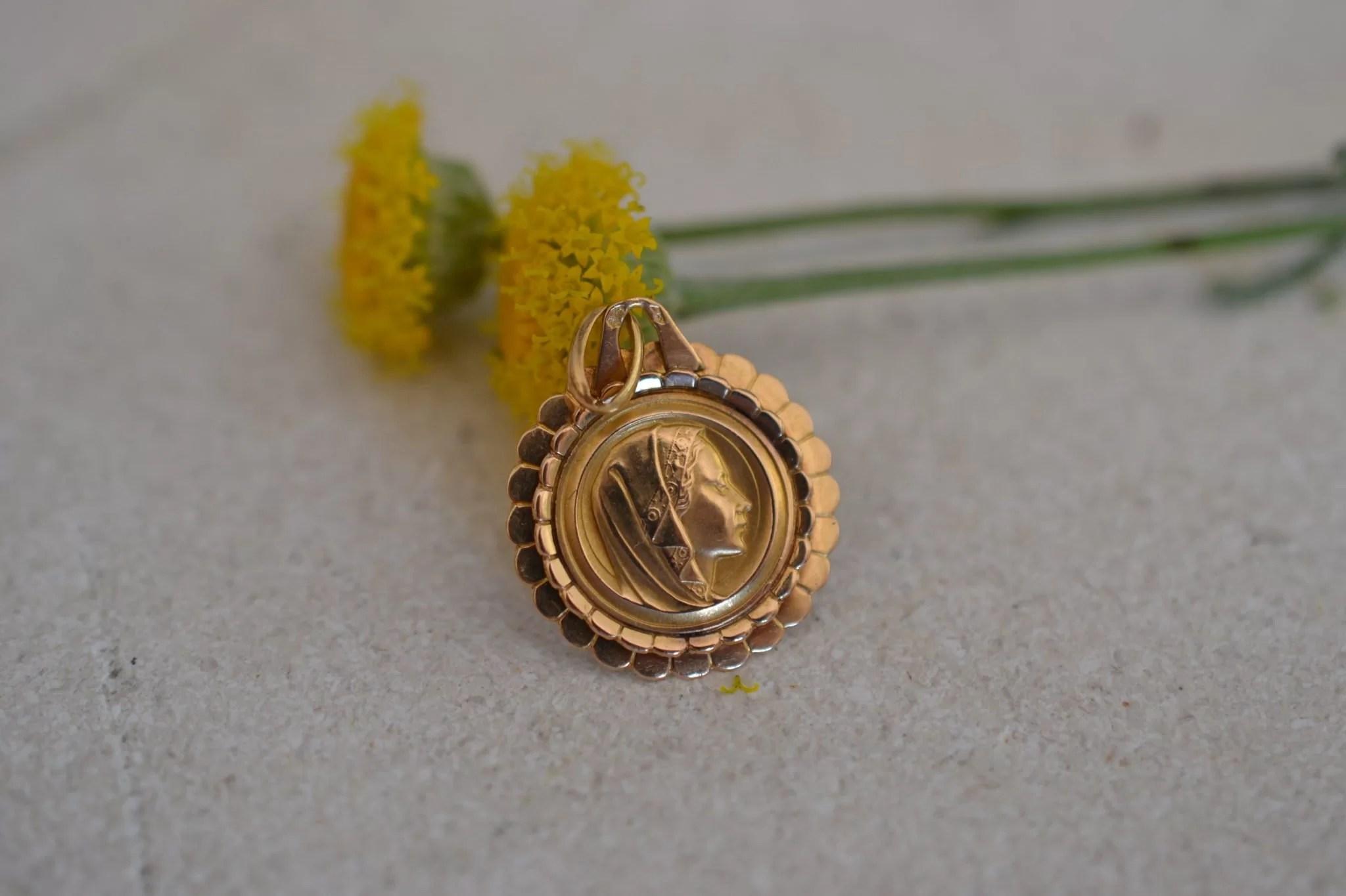Médaille À La Vierge En Or 18 Carats 750:1000 - Médaille Ancienne Bapteme - Bijou Éthique - Unique