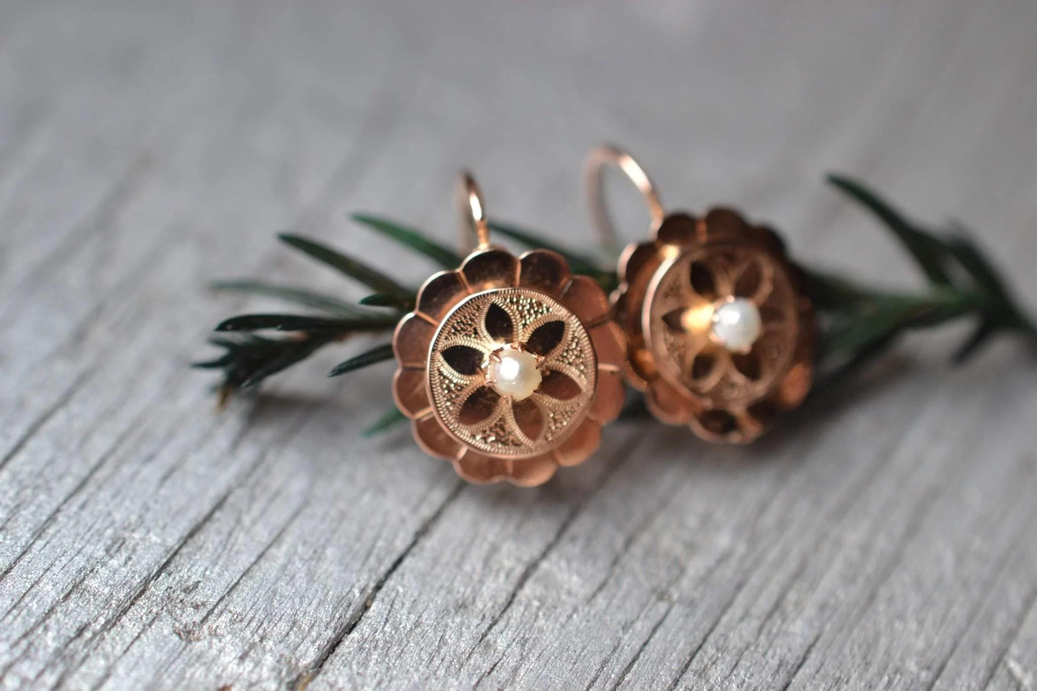 dormeuses anciennes en Or rose 18 carats ornées de rosace gravée et d'une perle centrale - bijoux ethique - En Or 18 carats - noircarat.fr