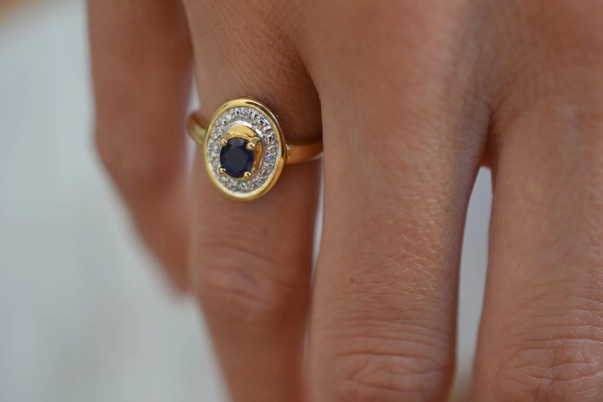 Bague saphir et 4 diamants, en Or jaune 18 carats, 750:1000 - Bijoux anciens - bague de fiançailles vintage