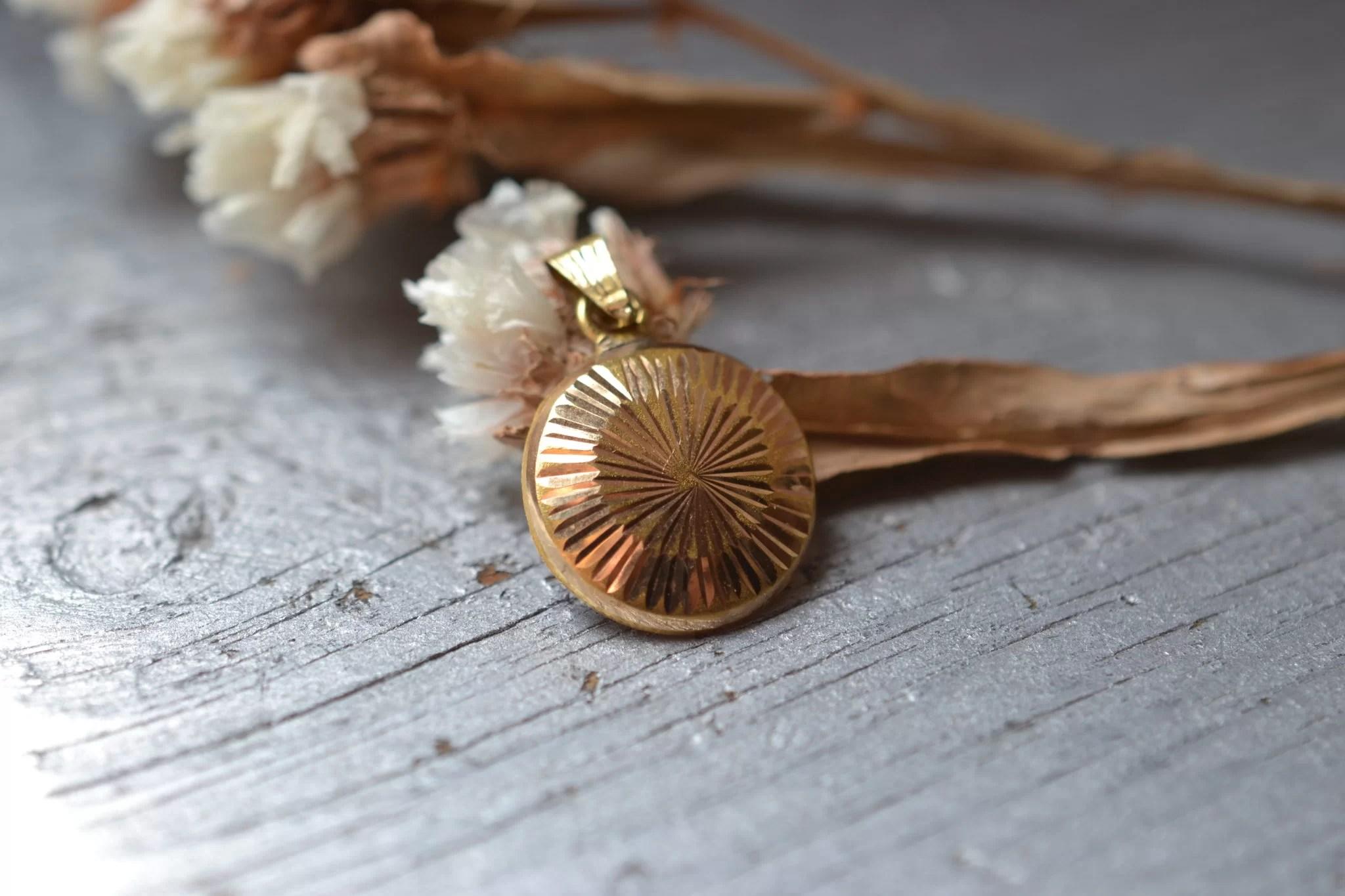 pendentif soleil gravé en or 18 carats - vijoux anciens médaille en or offrir