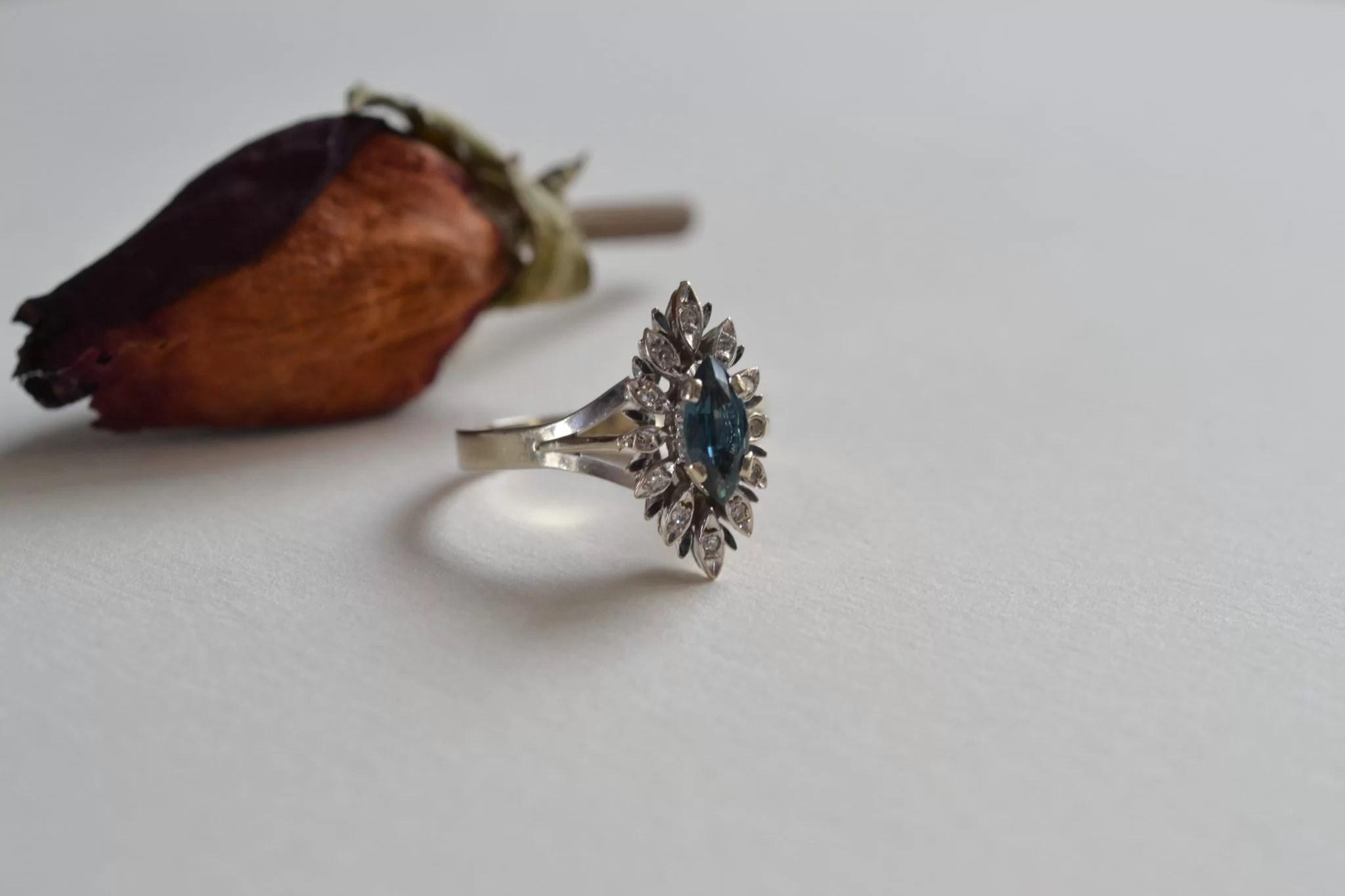 Bague en or gris de forme navette ornée d'une tourmaline bleue entourée de diamants - Bijoux vintage en or - Bague de fiançailles - mariage ecoresponsable