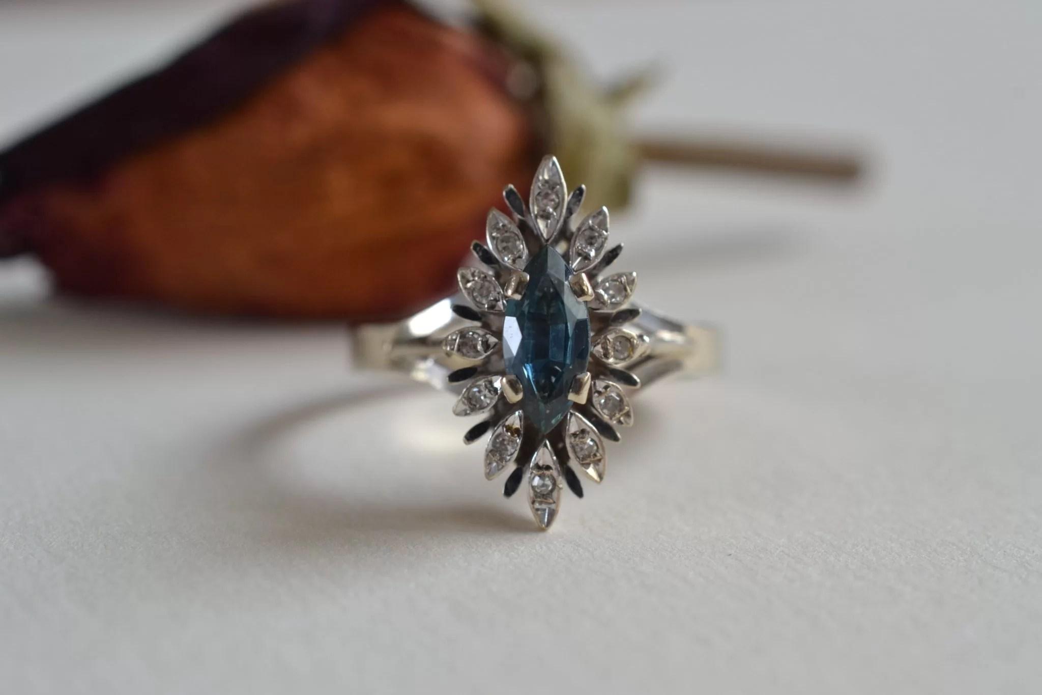 Bague en or gris de forme navette ornée d'une tourmaline bleue entourée de diamants - Bijoux vintage en or - Bague de fiançailles occasion - mariage
