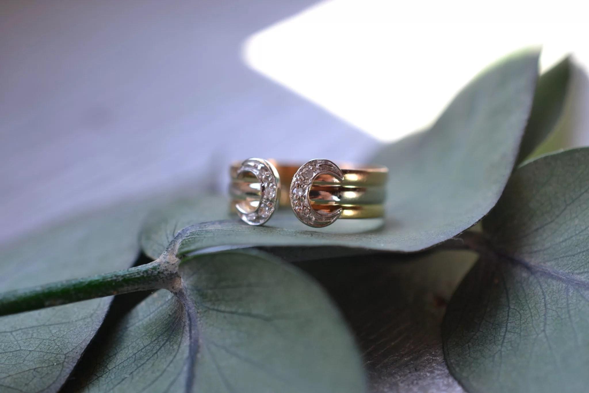 Bague fer à cheval façon cartier petites roses de diamants - bijoux en OR 18 carats - bijoux anciens