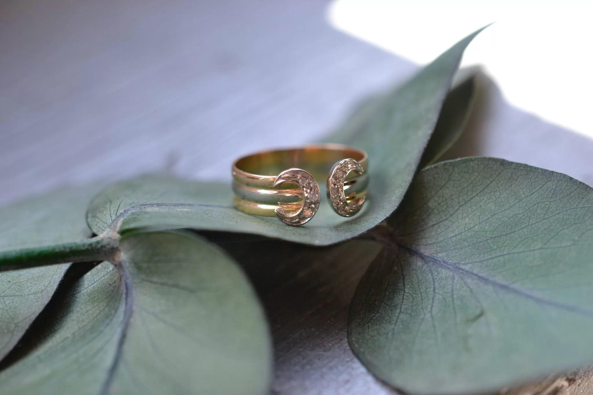 Bague Fer À Cheval Façon Cartier Petites Roses De Diamants - Bijoux En OR 18 Carats - Bijoux Occasion