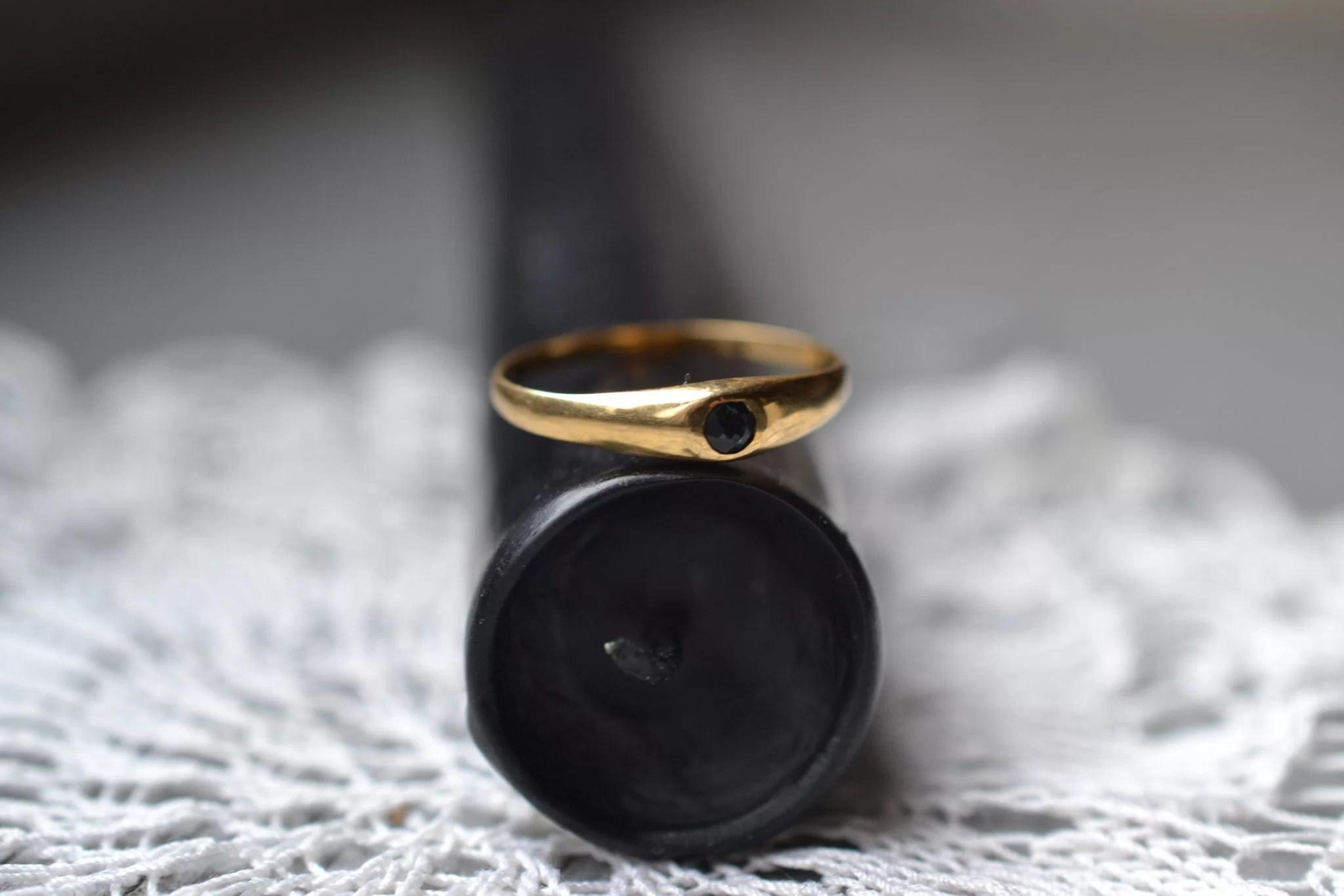 Jonc Anglais Orné D'une Petite Pierre Taillée De Couleur Noire - Bijouterie Vintage Seconde Main