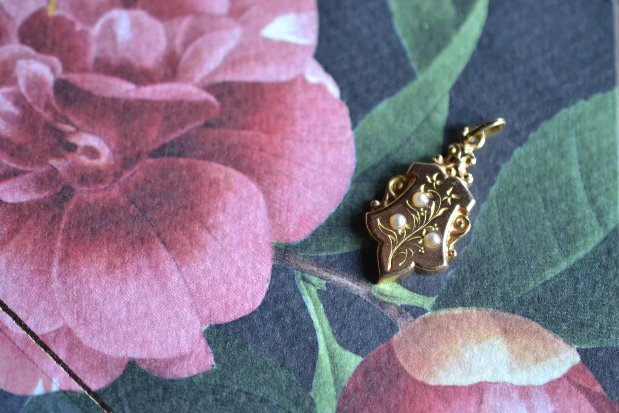 Pendentif Motifs Floraux Et Perles
