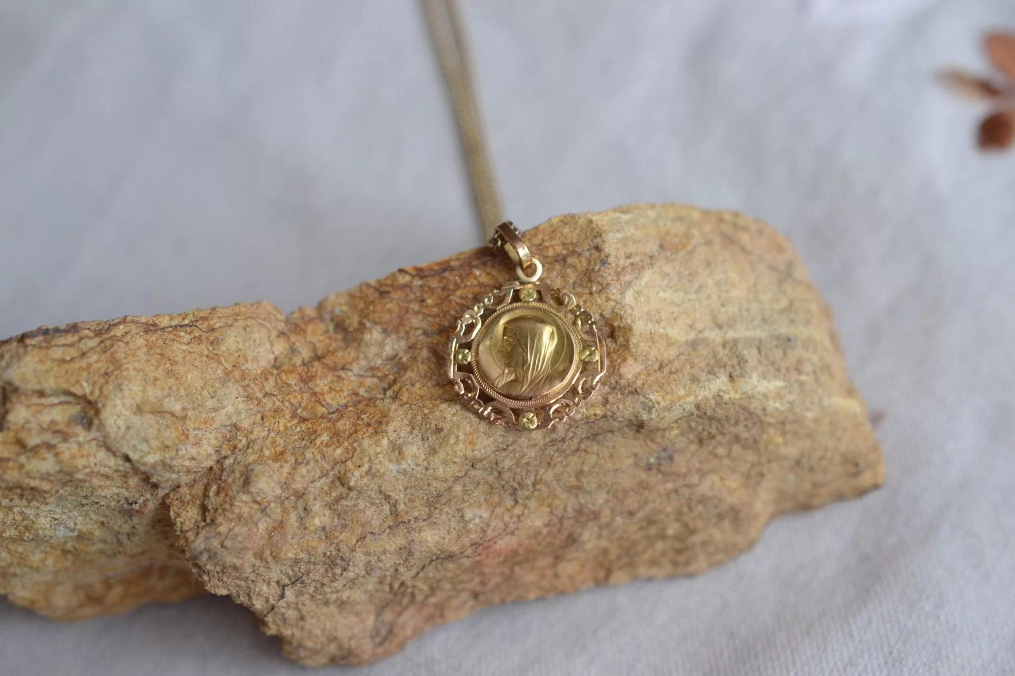 Médaille Religieuse En Or Vierge De Profil Décor Ajouré Bijou Baptême